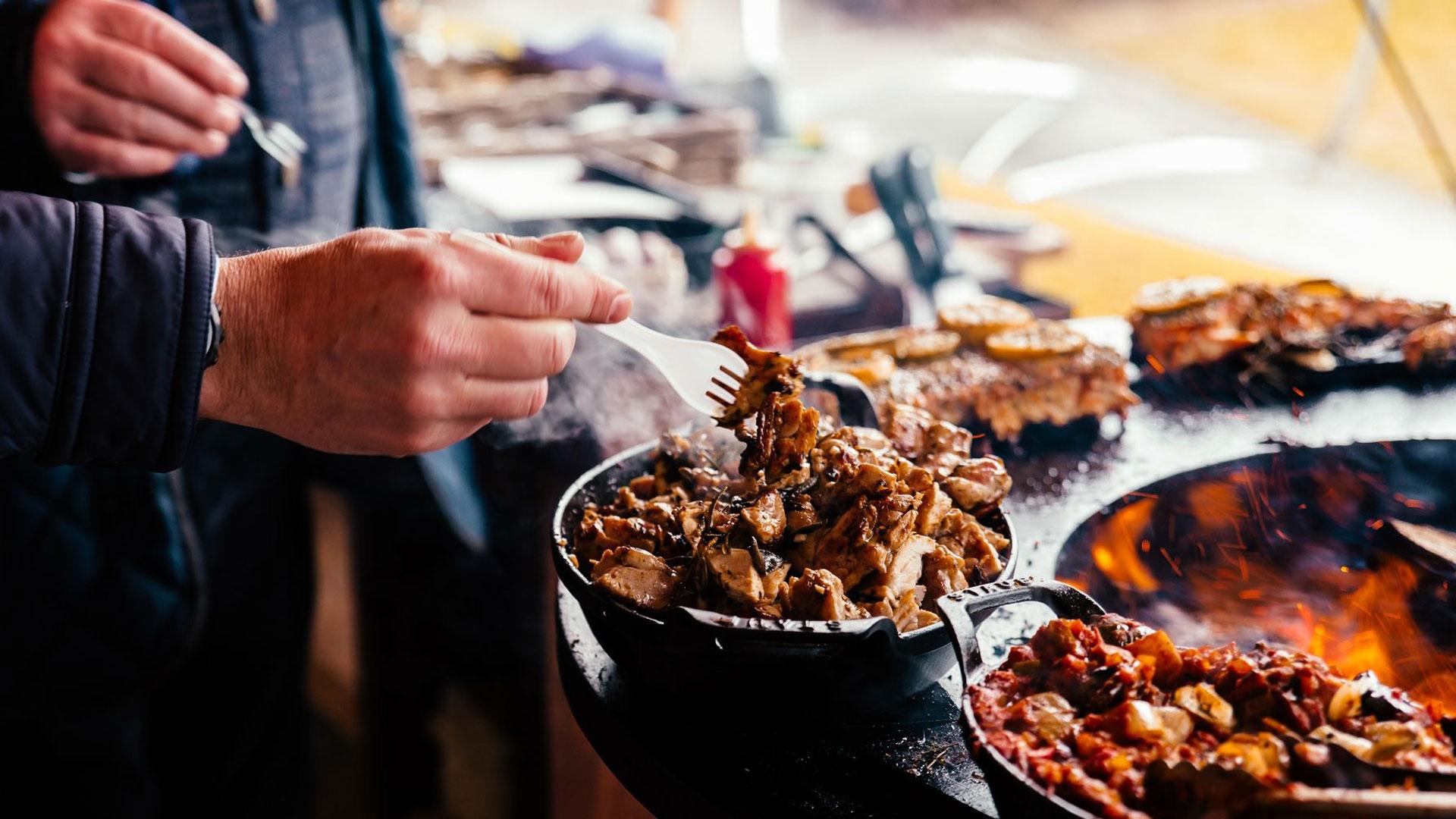 Een STOKE workshop geeft je een avondje genieten van gezelligheid en hout-cuisine door een showcook